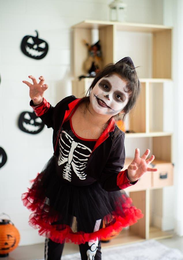 Fille asiatique de portrait petite dans le costume de Halloween agissant effrayante et image libre de droits