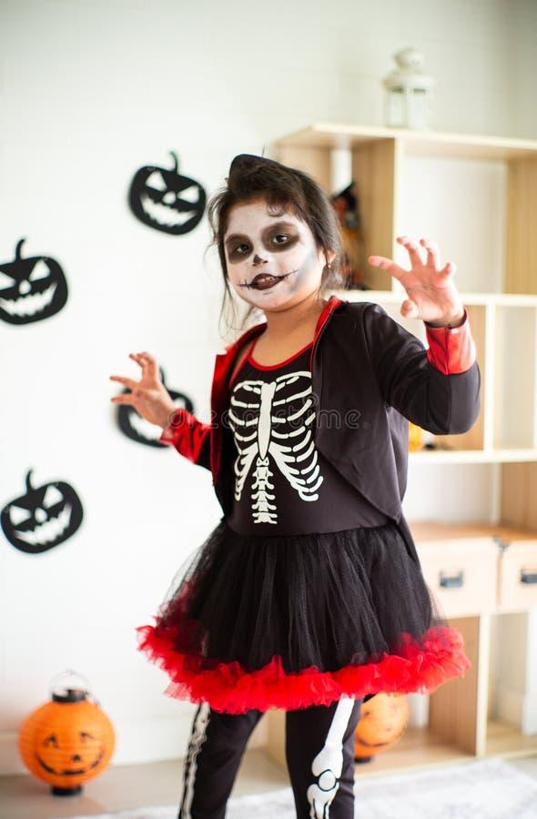 Fille asiatique de portrait petite dans le costume de Halloween agissant effrayante et images libres de droits