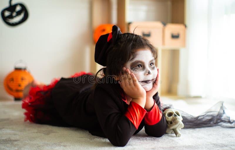 Fille asiatique de portrait petite dans le costume de Halloween souriant au c photos libres de droits