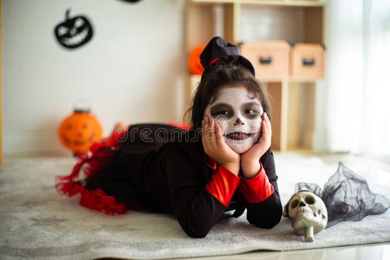 Fille asiatique de portrait petite dans le costume de Halloween souriant au c photographie stock