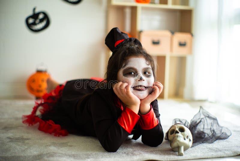 Fille asiatique de portrait petite dans le costume de Halloween souriant au c photo libre de droits