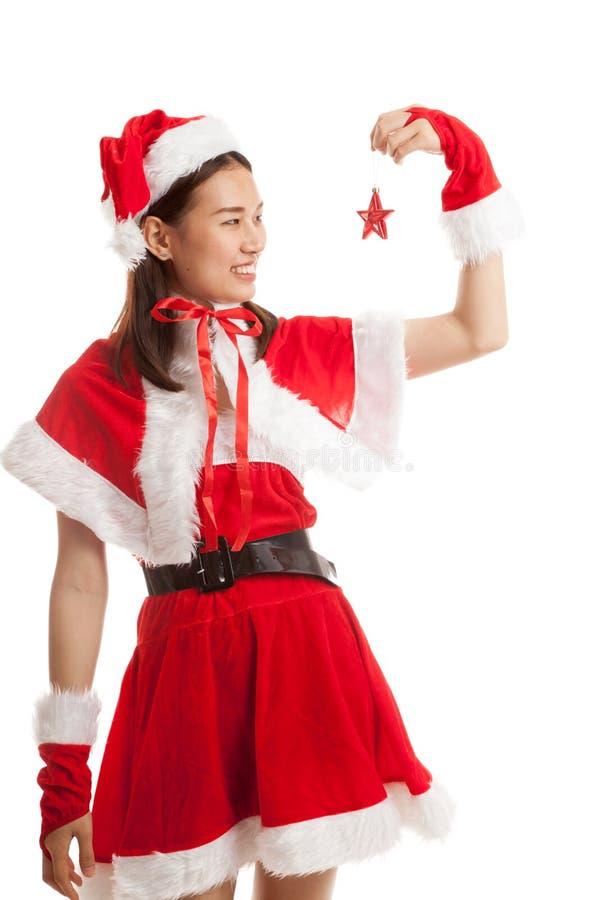 Fille asiatique de Santa Claus de Noël avec la boule de babiole photo libre de droits