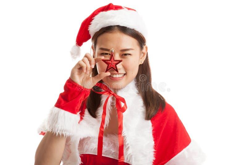 Fille asiatique de Santa Claus de Noël avec la boule de babiole photographie stock