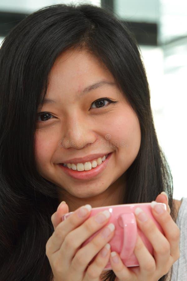Fille asiatique de sourire photographie stock