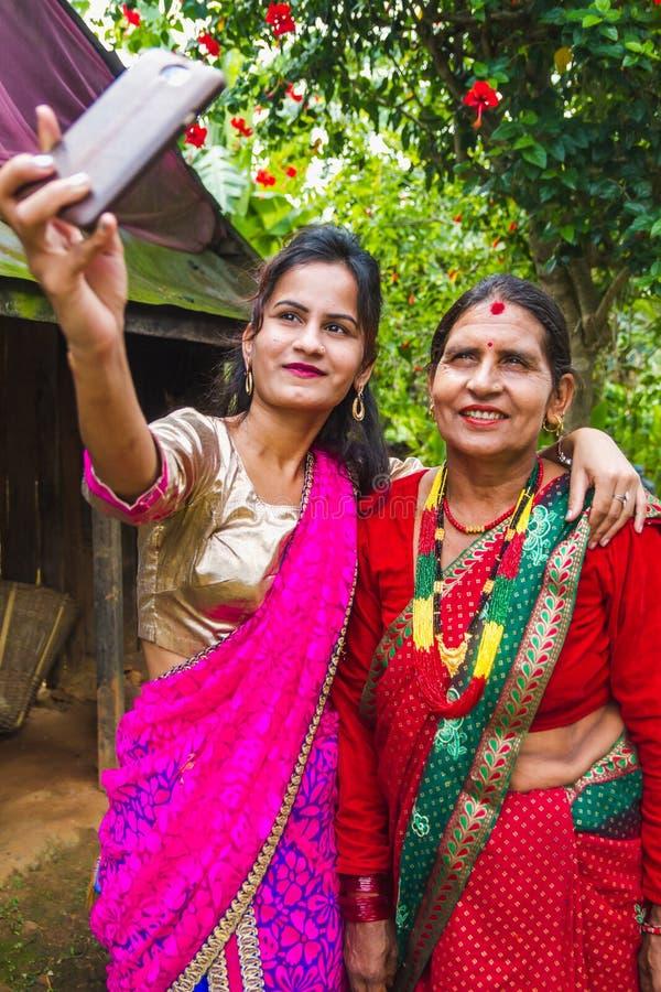 Fille asiatique heureuse prenant le selfie avec Smartphone image stock