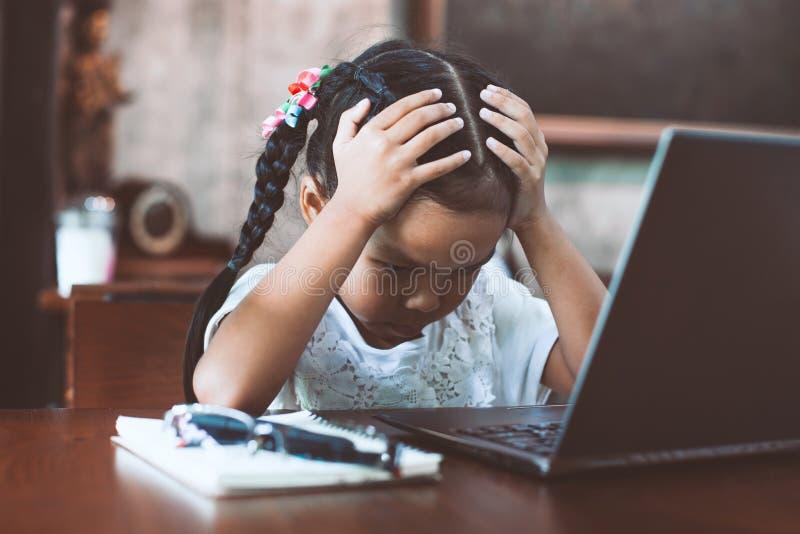 Fille asiatique mignonne d'enfant ayant l'effort et faisant le visage inquiété images libres de droits