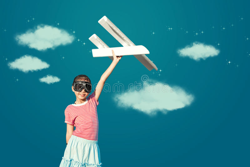 Fille asiatique mignonne jouant l'avion de jouet en tant qu'imagination pilote au fu images libres de droits