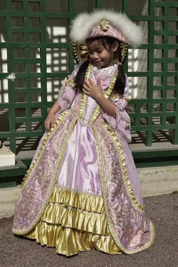 Fille asiatique posant dans le habillage noble russe photographie stock