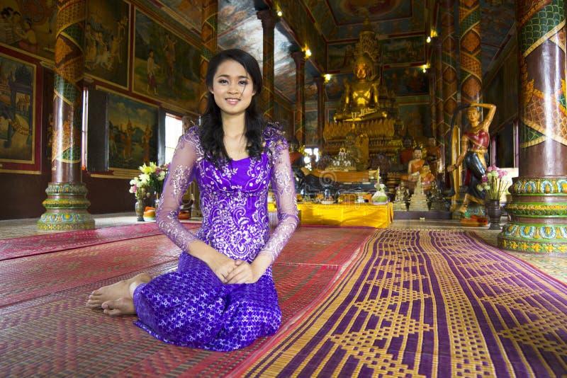 Fille asiatique priant dans le temple image stock