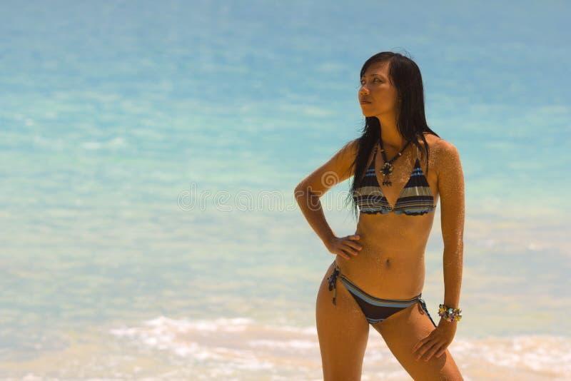 Fille asiatique sexy à la plage exotique photo stock