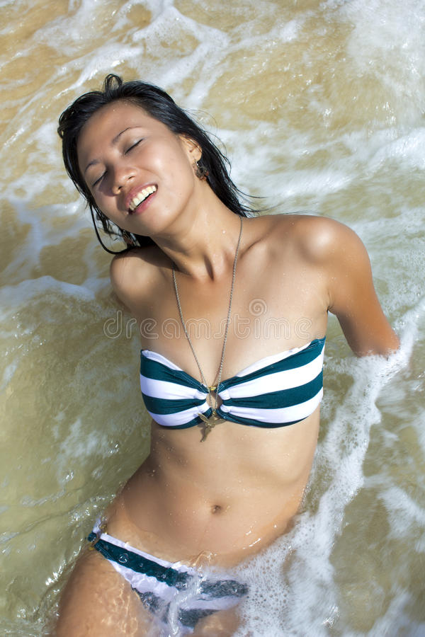 Fille asiatique sexy à la plage exotique photo libre de droits