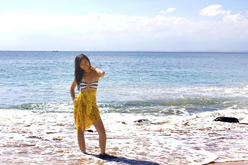 Fille asiatique sexy à la plage exotique image libre de droits