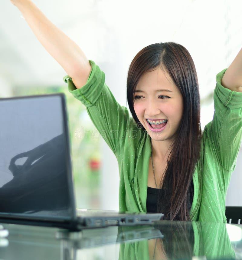 Fille asiatique souriant dans le travail de réussite image libre de droits