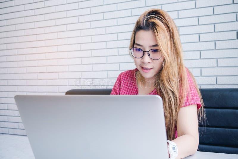 Fille asiatique travaillant à un café avec un ordinateur portable freelan femelle image stock