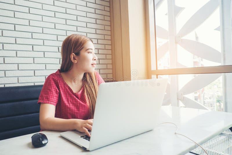Fille asiatique travaillant au café avec un ordinateur portable freelan femelle photo libre de droits