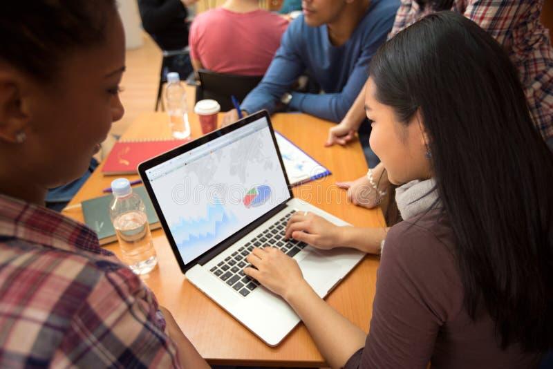 Fille asiatique travaillant sur l'ordinateur portable photographie stock