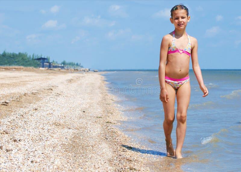 Fille assez belle heureuse exécutant sur la plage photographie stock
