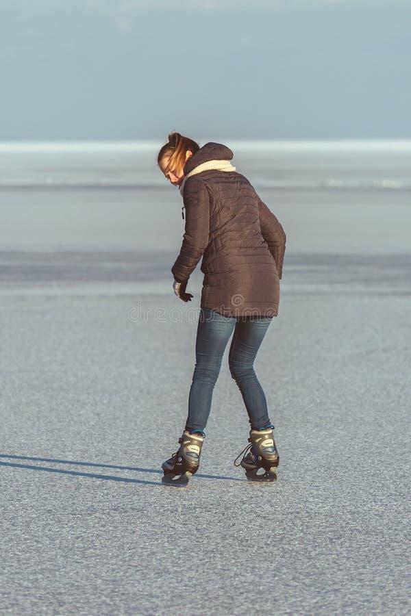 Fille assez blonde patinant sur le Lac Balaton en Hongrie en hiver photos libres de droits