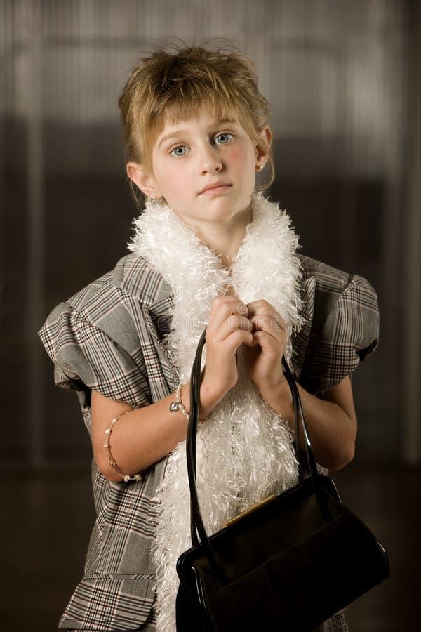 Fille assez jeune dans des vêtements de dressup images libres de droits