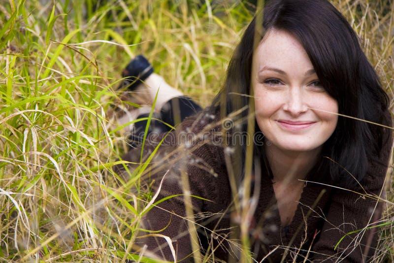 Fille assez jeune dans l'herbe images libres de droits
