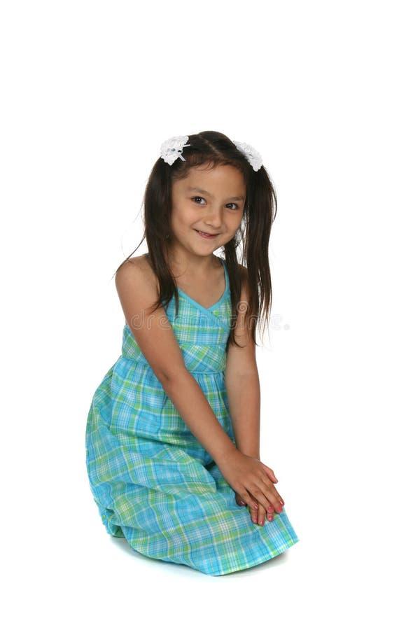 Fille assez jeune dans la robe bleue de plaid image stock