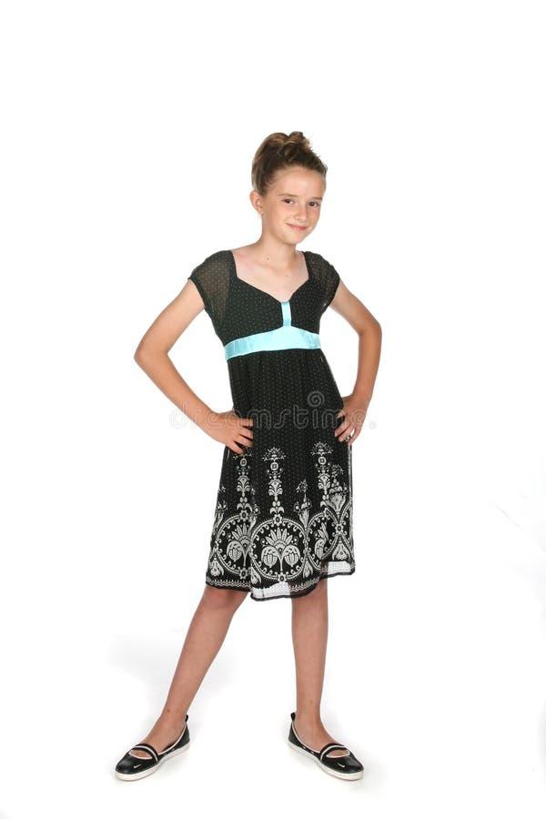 Fille assez jeune dans la robe et le cheveu noirs vers le haut photo libre de droits