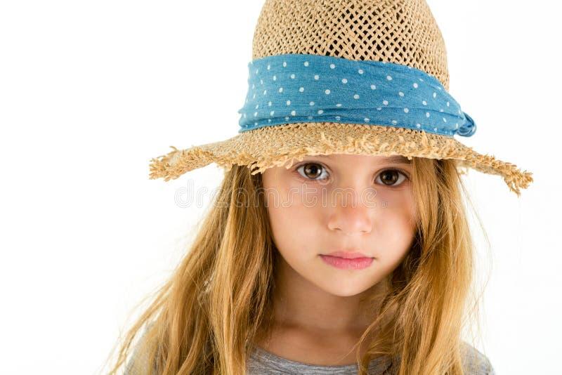 Fille assez petite adorable avec de grands yeux émouvants image libre de droits