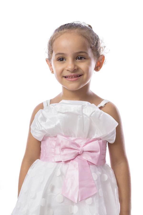 Fille assez petite dans la belle robe blanche images libres de droits