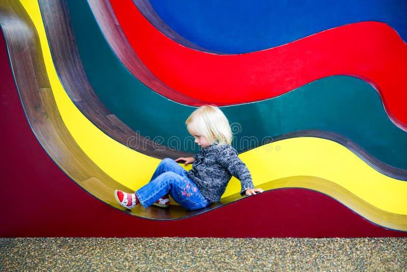 Fille assez petite jouant dans la galerie d'illusion de sculpter, Nouvelle-Zélande image stock