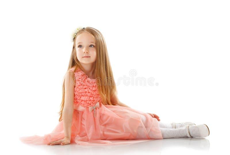 Fille assez petite posant dans la robe rose intelligente images stock