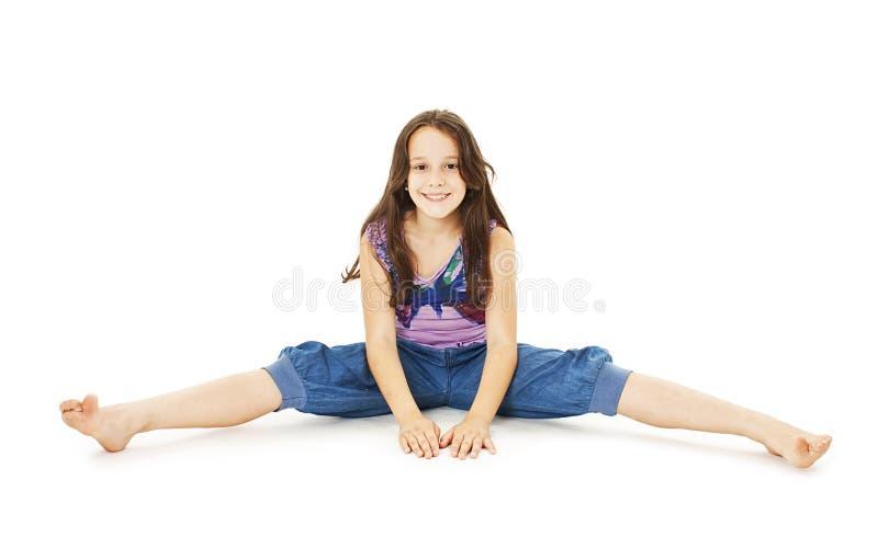 Fille assez petite s'asseyant sur le plancher dans des jeans image stock