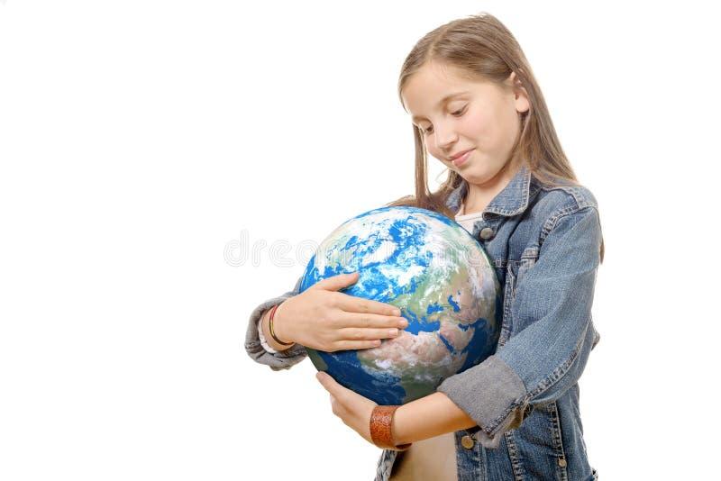 Fille assez petite tenant la terre de planète image libre de droits