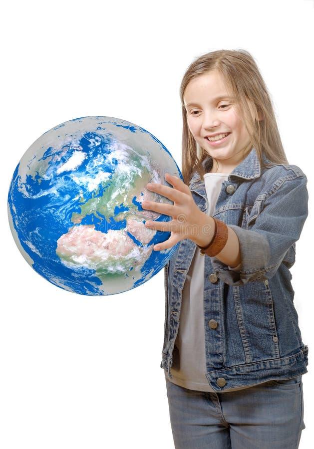 Fille assez petite tenant la terre de planète image stock