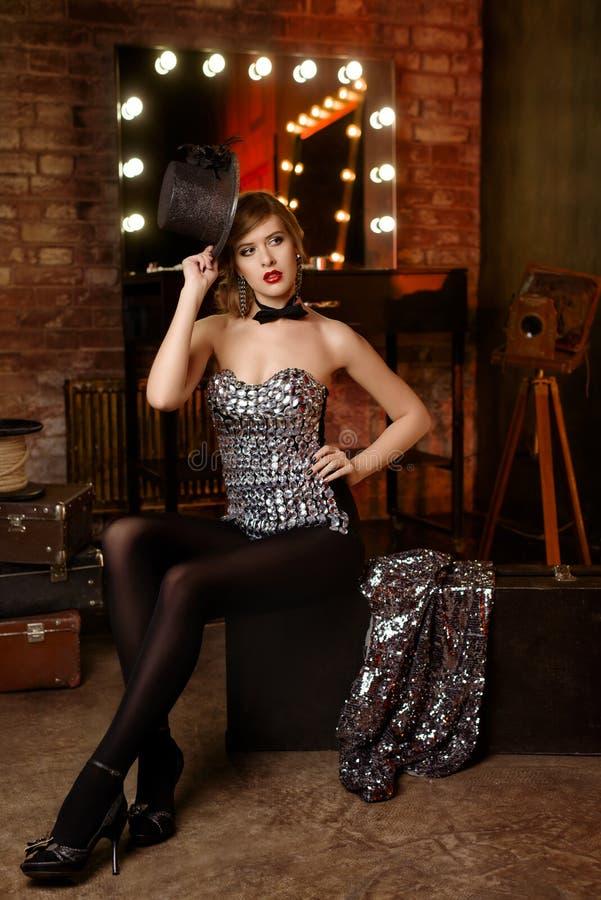 Fille assez sexy dans le cabaret photographie stock libre de droits
