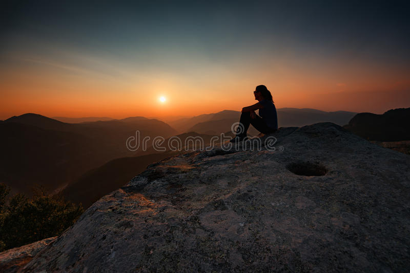 Fille attendant le coucher du soleil au sanctuaire de Belintash, Bulgarie photographie stock libre de droits