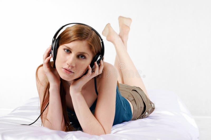 Fille attirante avec des écouteurs photos libres de droits