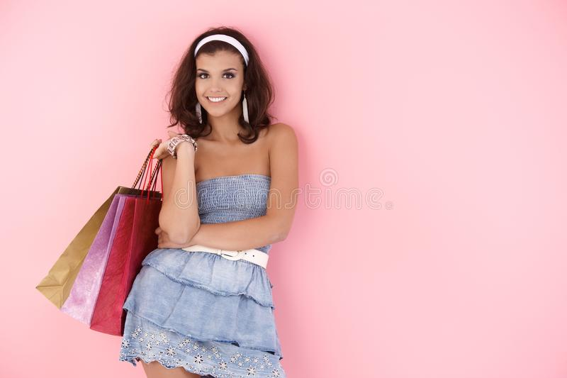 Fille attirante avec des sacs à provisions à l'été images stock
