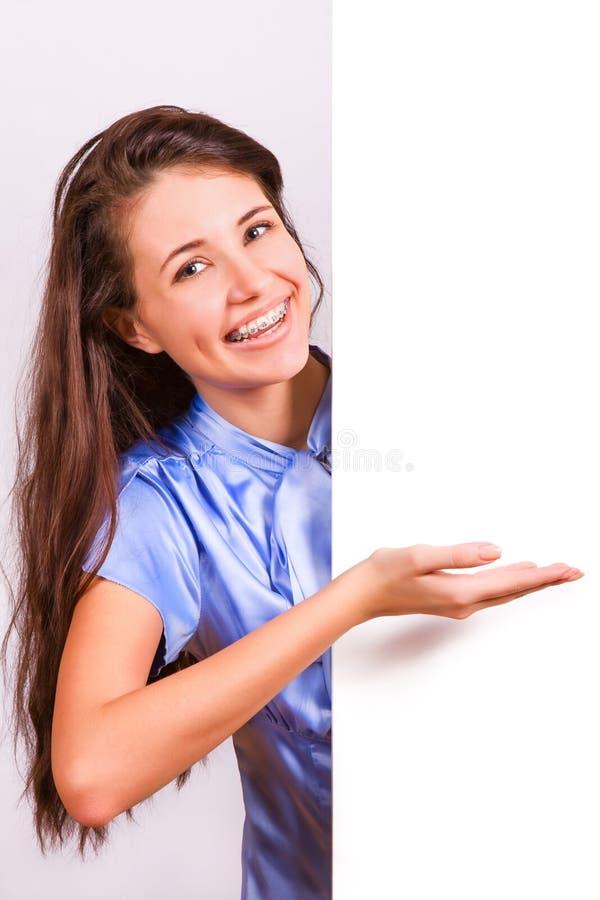 Fille attirante avec des supports présentant le panneau vide image stock