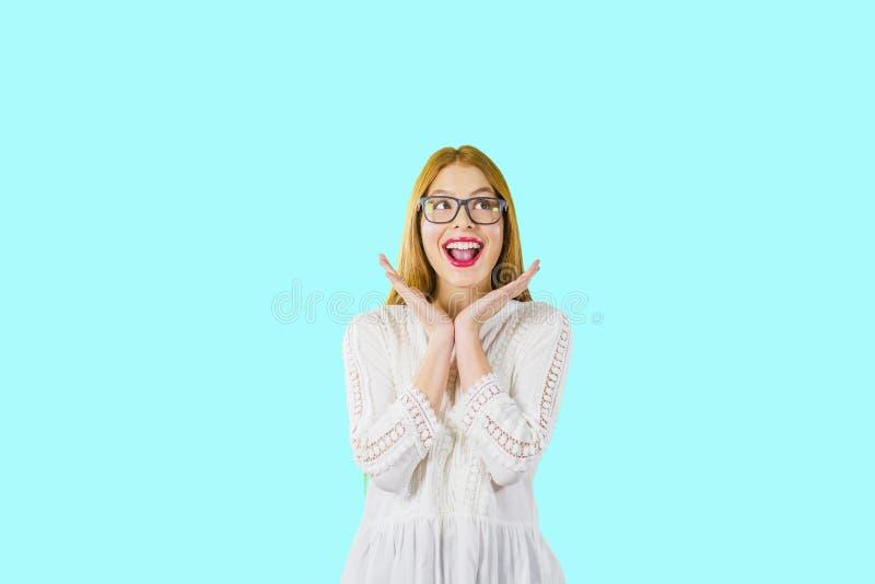 Fille attirante avec le plaisir rouge de cheveux et sourire sur le fond d'isolement image stock