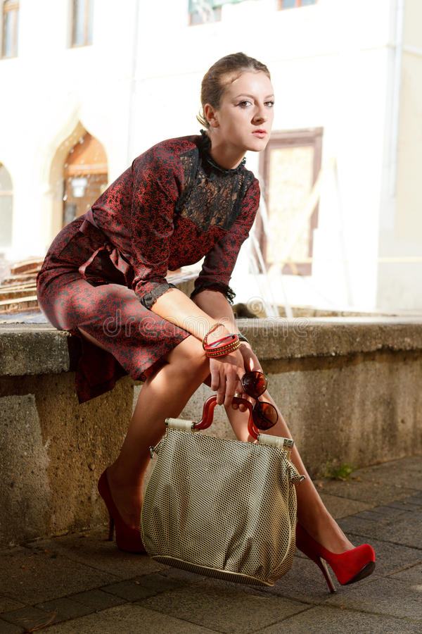 Fille attirante de mode en ville photo libre de droits