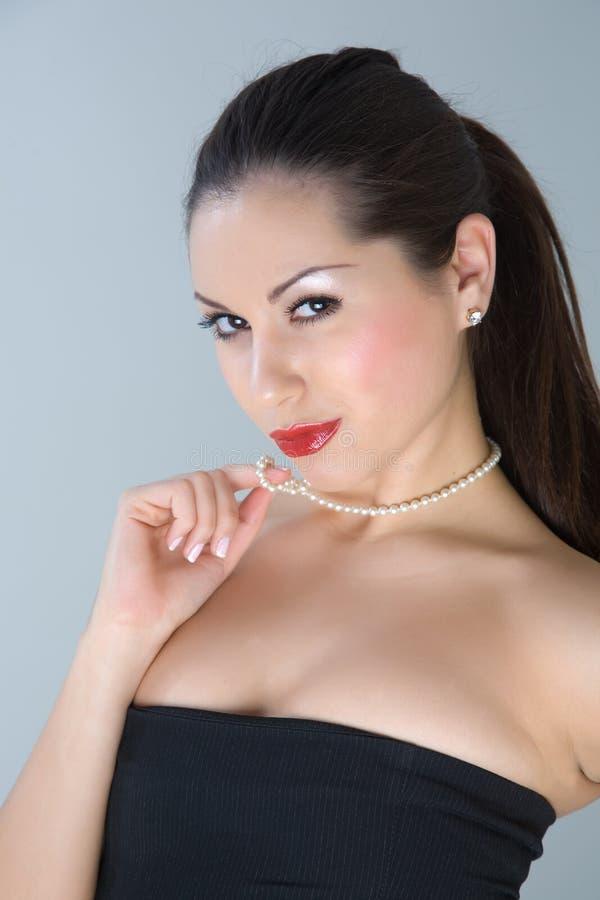 fille attirante de soirée de robe posant le studio photos libres de droits