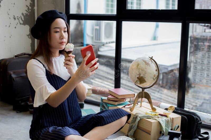Fille attirante et élégante asiatique mangeant la crème glacée et prenant un tir de photo de selfie photos stock
