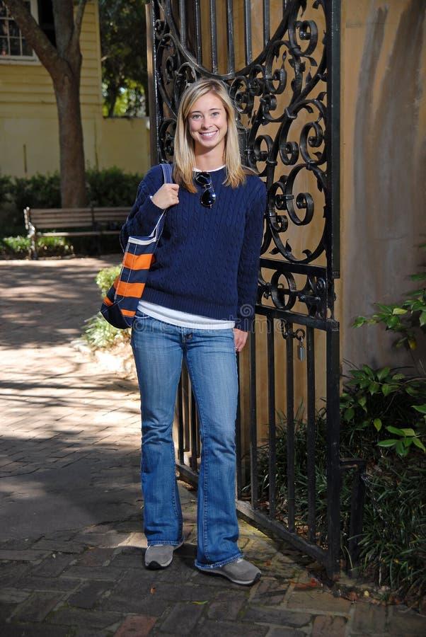 Fille attirante souriant par la porte dans l'automne photo stock
