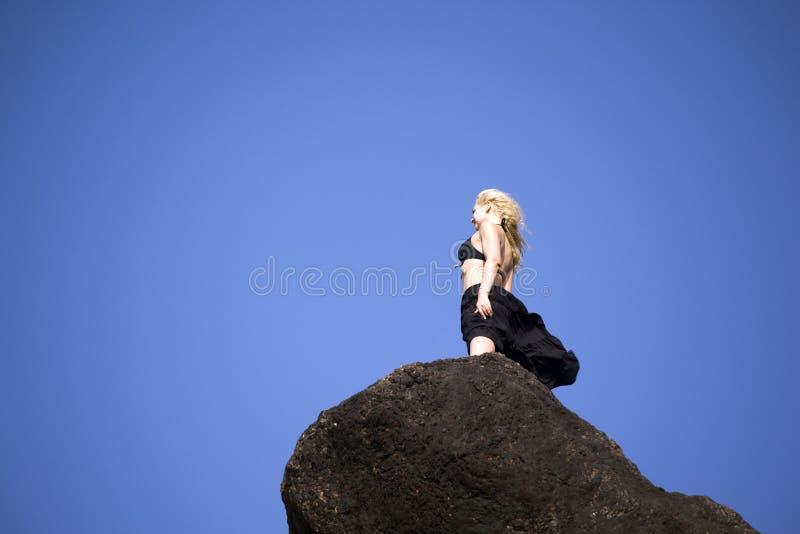 Fille attirante sur la roche photos stock