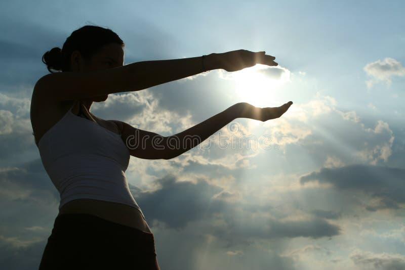 Fille attrapant le soleil photo libre de droits