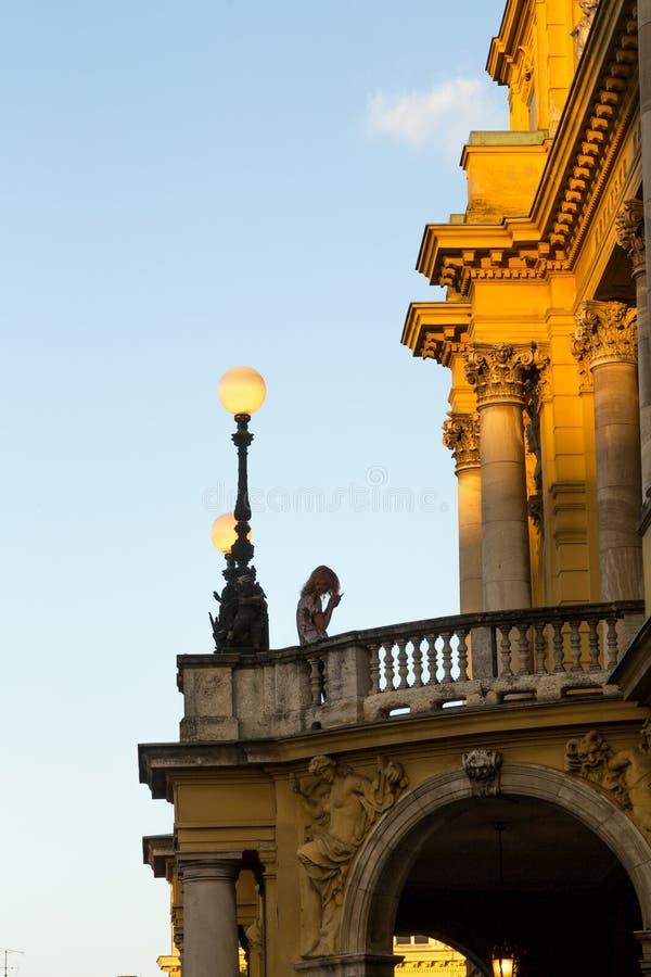 Fille au balcon du château antique image libre de droits