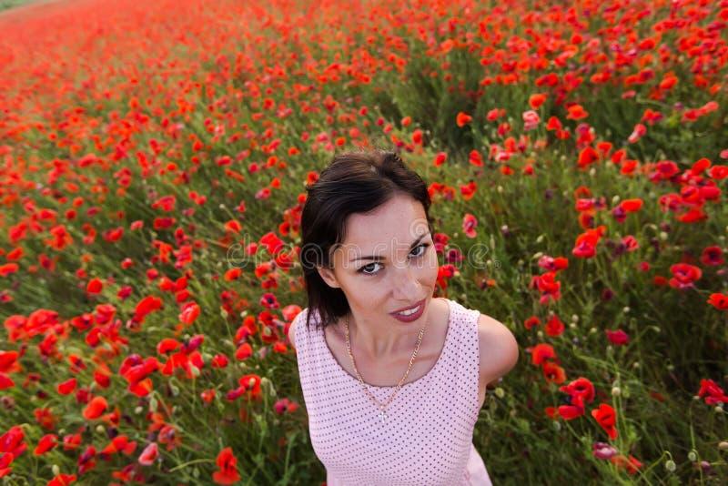 Fille au champ de floraison de pavot photo stock