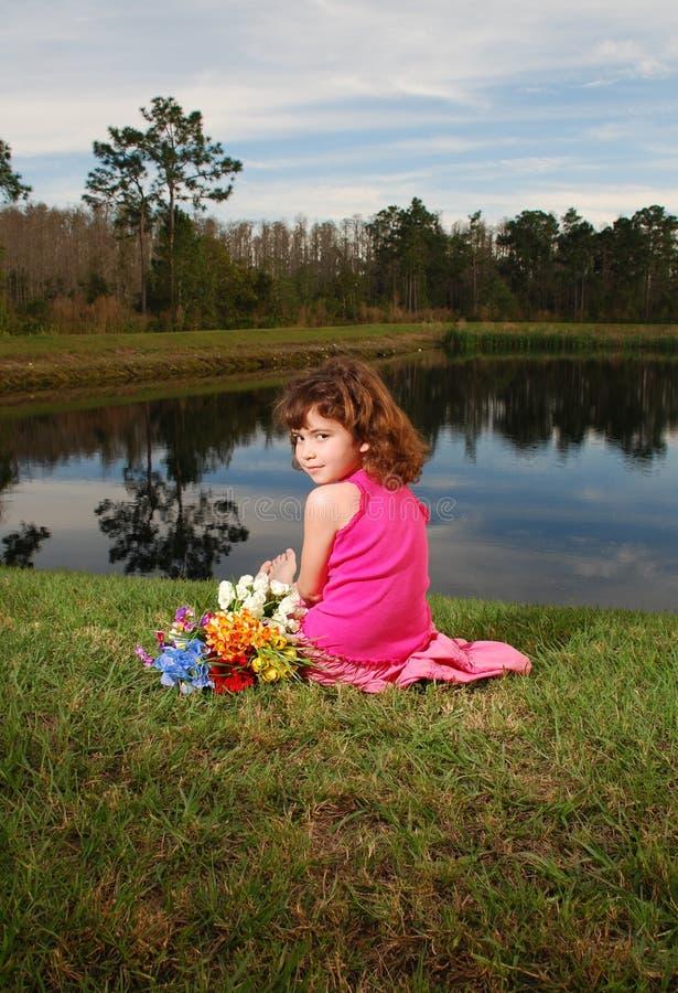 Fille au lac photos libres de droits