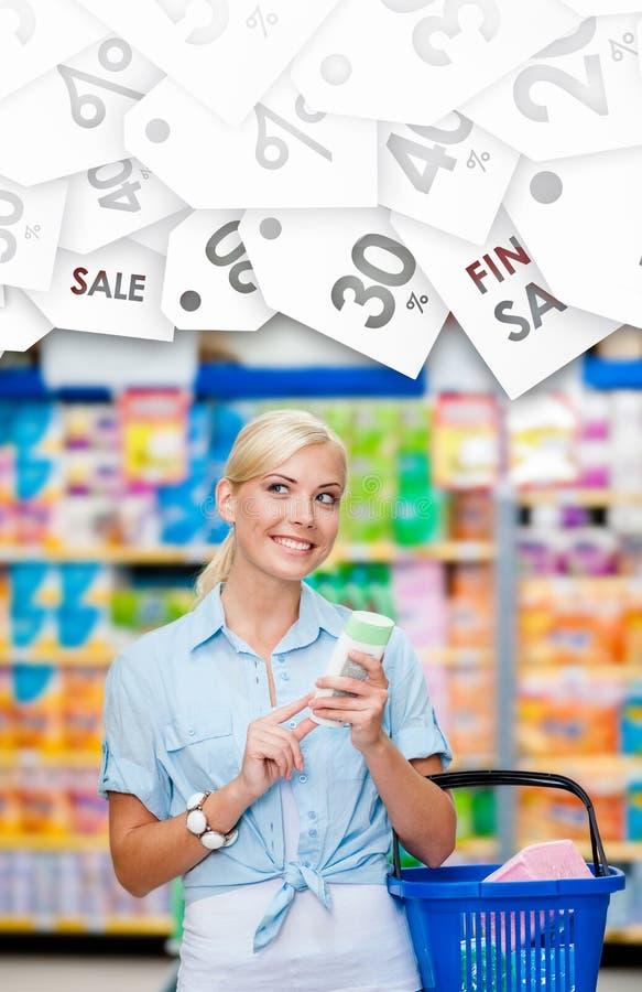 Fille au marché avec des cosmétiques dans des mains Label saisonnier de sale photos stock