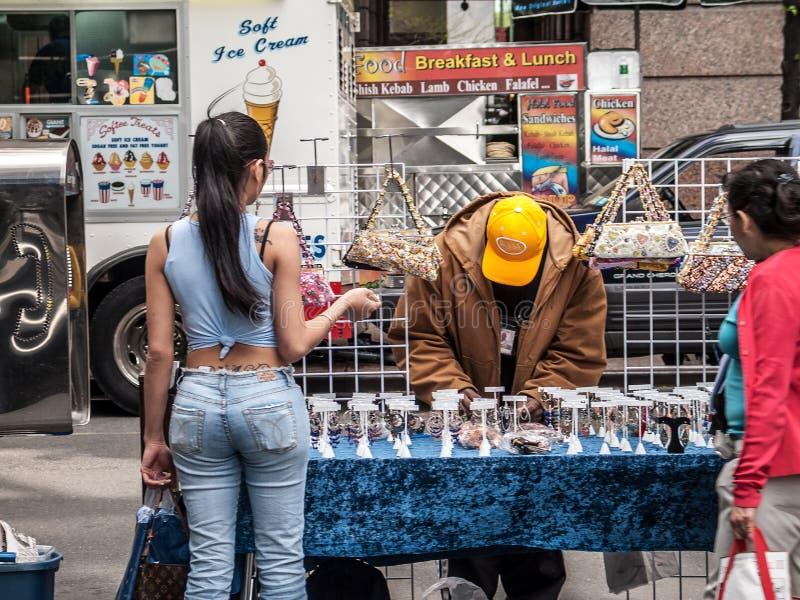Fille au marchand ambulant Stand image libre de droits
